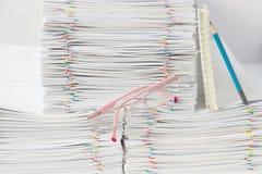 Espetáculos cor-de-rosa na frente da pilha do documento da sobrecarga Fotografia de Stock