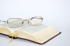 Espetáculos e Bíblia imagens de stock royalty free