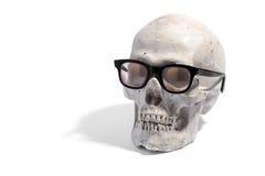 Espetáculos vestindo ou monóculos do crânio humano Imagem de Stock