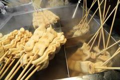 Espeto do bolo de peixes, alimento japonês da rua Oden quente a ficar morno Fotos de Stock Royalty Free