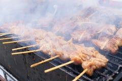 Espeto grelhado da galinha no fogão do carvão vegetal, alimento tailandês da rua Fotografia de Stock