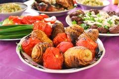 Espetos azerbaijanos das batatas e dos tomates Fotos de Stock Royalty Free