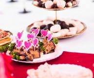 Espetos coloridos com corações para petiscos fotos de stock royalty free