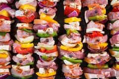 Espetos crus da carne de porco prontos para grelhar fotos de stock royalty free