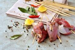 Espetos crus da carne na tabela Imagem de Stock