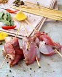 Espetos crus da carne na tabela Imagens de Stock Royalty Free