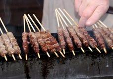 Espetos da carne da vaca roasted em carvões de incandescência imagem de stock royalty free