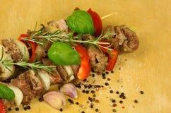 Espetos da carne no fundo de madeira Fotografia de Stock Royalty Free