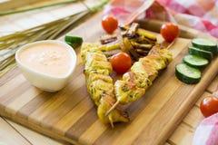 Espetos da galinha com batatas fritas Fotografia de Stock