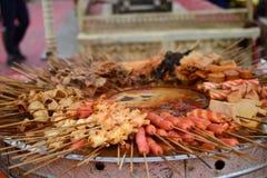 Espetos de Hotpot, malatang, alimento chinês, guloseimas de Xinjiang Uyghur no mercado da noite de Kashgar imagem de stock royalty free