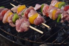Espetos do BBQ com pimenta vermelha do amarelo do verde do peito de frango no assado do carvão vegetal Fotos de Stock Royalty Free