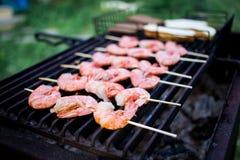 Espetos do langoustine do camarão na grade foto de stock