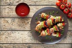 Espetos do no espeto da carne de Turquia ou de galinha com molho da ketchup imagens de stock