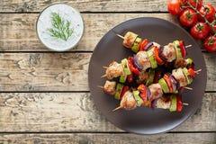 Espetos do no espeto da carne de Turquia ou de galinha com tzatziki Foto de Stock Royalty Free