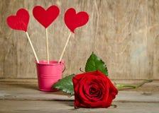 Espetos feitos a mão com corações de pano e rosa do vermelho da beleza Imagens de Stock