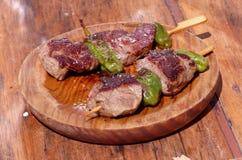 Espetos grelhados da carne com pimentas Imagens de Stock Royalty Free
