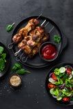 Espetos grelhados da carne, no espeto e salada vegetal saudável do tomate, do pepino, da cebola, de espinafres, da alface e do sé foto de stock