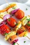 Espetos grelhados da salsicha e dos vegetais Imagem de Stock