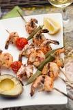 Espetos grelhados dos camarões para o jantar no jardim Fotos de Stock