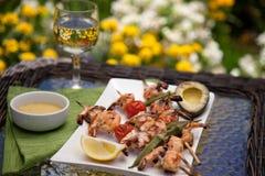 Espetos grelhados dos camarões para o jantar no jardim Imagem de Stock Royalty Free