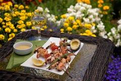 Espetos grelhados dos camarões para o jantar no jardim Fotografia de Stock Royalty Free