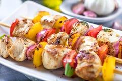 Espetos grelhados dos vegetais e da carne na tabela fotos de stock
