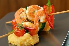 Espetos picantes e polenta do camarão do pimentão fotos de stock royalty free
