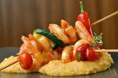 Espetos picantes e polenta do camarão do pimentão Foto de Stock Royalty Free