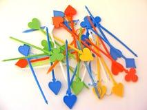 Espetos plásticos coloridos do alimento no fundo/palitos brancos imagens de stock royalty free