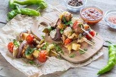Espetos vegetais grelhados na placa de madeira Foto de Stock Royalty Free
