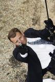 Espião que Rappelling e que aponta a arma Fotografia de Stock Royalty Free