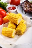 Espiga de milho doce fervida na bandeja branca fotos de stock