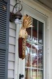 Espiga de milho na parede da casa um humor festivo no a Fotos de Stock Royalty Free