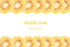 Espigas de milho cortadas em um fundo branco Isolado Quadro decorativo Macro Fundo do alimento Copie o espaço Fotografia de Stock Royalty Free