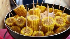 Espigas de milho cozinhadas fervidas close up na vara vídeos de arquivo
