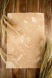 Espigas de trigo del trigo en el papel viejo Fotos de archivo libres de regalías