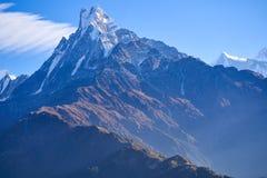 Espina de pescado de la montaña de Machapuchare en la gama Nepal de Himalaya fotos de archivo