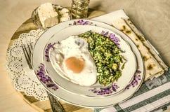 Espinaca con los huevos y el queso de las ovejas Fotografía de archivo libre de regalías