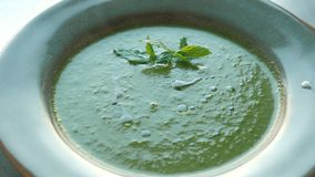 Espinaca del puré de la sopa del cocinero del restaurante o del hotel metrajes