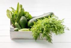 Espinafres, abacate, abobrinha e aneto na cesta branca Fotos de Stock Royalty Free