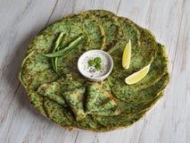 Espinafres Adai - panquecas verdes indianas Alimento da ramad? imagens de stock