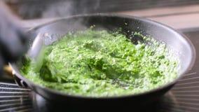 Espinafres da fritura com cebola em um frigideira video estoque