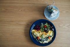 Espinafres da omeleta na tabela de madeira Fotos de Stock