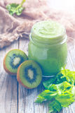 Espinafres do batido, aipo e fruto de quivi saudáveis em um vidro pequeno Fotografia de Stock