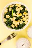 Espinafres do vegetariano e bacia do alimento da couve-flor Foto de Stock Royalty Free