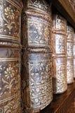 Espinas dorsales de cuero viejas de los libros encuadernados en estante de la biblioteca Fotos de archivo libres de regalías
