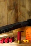 Espingarda de 12 calibres, escudos, e pombos de argila Fotografia de Stock Royalty Free