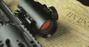 Espingarda de assalto e munição do revólver na constituição dos E.U. video estoque