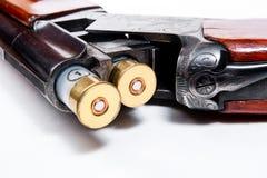 Espingarda e munição da caça no fundo branco Imagem de Stock Royalty Free