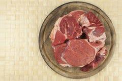 Espinilla cruda de la carne de vaca Preparación de la carne para cocinar Imagenes de archivo